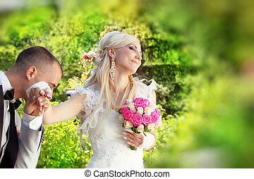 beijando, noivo, bride., mão feminina
