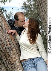 beijando, par, árvore