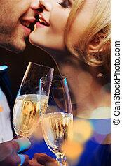 beijando, par, champanhe, bebendo, jovem