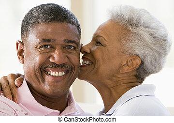 beijando, par, dentro, sorrindo, relaxante