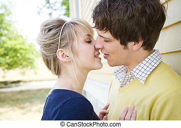 beijando, par, jovem, caucasiano