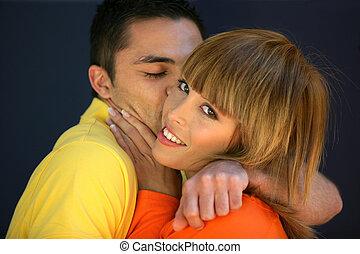 beijando, par, jovem, feliz