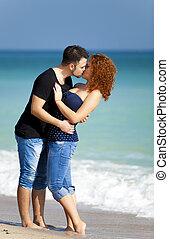 beijando, par, praia., jovem