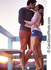 beijando, par, romanticos, passionately.