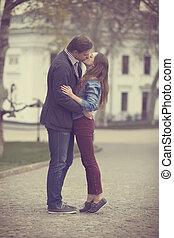 beijando, par, rua, jovem