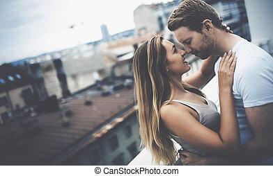 beijando, par, telhado, romanticos