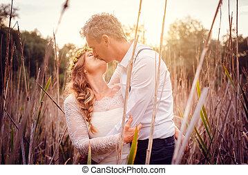 beijando, photoshoot, após, nupcial, durante, par casando
