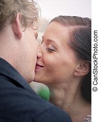 beijando, sorrindo, mulher, homem