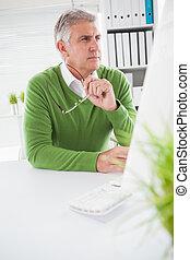 beiläufig, geschäftsmann, anschauen computerbildschirm