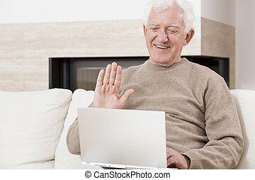 bejaarde, gebruikende laptop