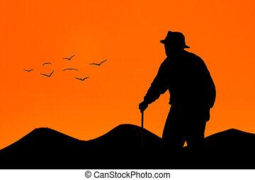 bejaarde, wandelende, op, ondergaande zon
