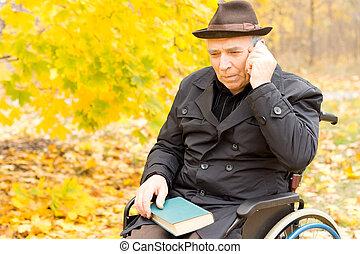 bejaarden, gehandicapte man, gebruik, een, mobiele telefoon