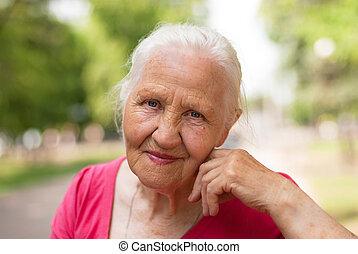 bejaarden, glimlachende vrouw