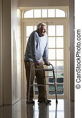 bejaarden, hogere mens, gebruik, lopend met vensterraam