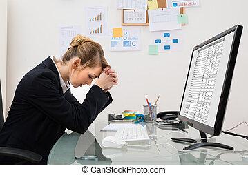 beklemtoonde, businesswoman, in, kantoor