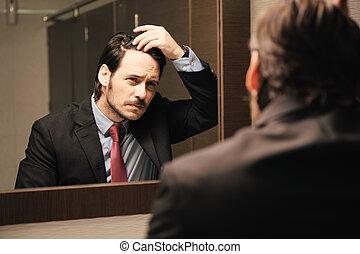 bekymrat, hispanic, affärsman, tittande vid, hårfäste, in, kontor, toaletter