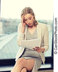 bekymrat, kvinna, med, dokument