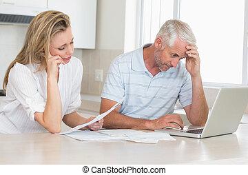 bekymret, par, ydre arbejd, deres, finanser, hos, laptop