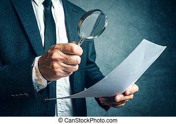 belasting, inspecteur, het onderzoeken, financieel, documenten, door, vergrootglas