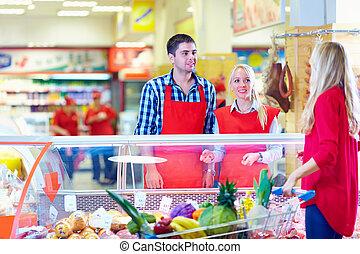 beleefd, kruidenierswinkel, personeel, dient, klant, in, de mall