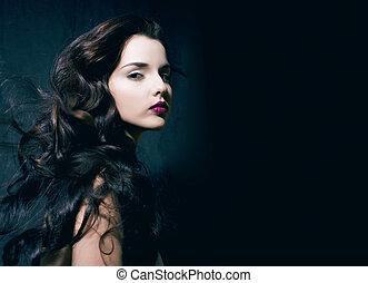 beleza, jovem, morena, mulher, com, cacheados, cabelo voador, femme, fatal