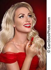 beleza, makeup., lábios vermelhos, e, smile., moda, glamour, retrato, de, excitado, loiro, mulher, com, longo, cabelo ondulado, estilo, segurando, batom, sobre, escuro, experiência., bonito, femininas, face., compor, produto, cosmetics.