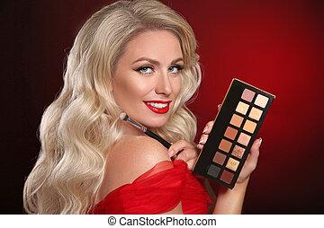 beleza, makeup., lábios vermelhos, paleta, de, cosmético, olho, shadow., moda, glamour, retrato, de, excitado, loiro, mulher, com, longo, cabelo ondulado, estilo, segurando, batom, sobre, escuro, experiência., bonito, femininas, face.
