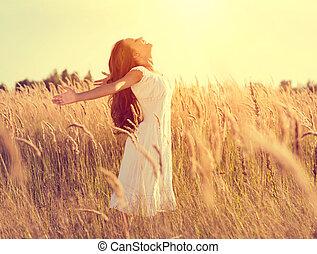 beleza, menina, com, cabelo longo, desfrutando, natureza, levantamento, mãos