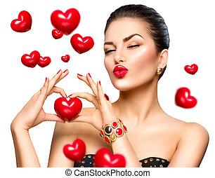 beleza, moda, mulher, mostrando, coração vermelho, em, dela, mão