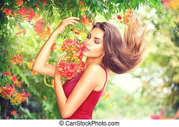 beleza, modelo, menina, desfrutando, natureza, em, jardim, com, bonito, flores tropicais