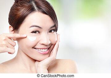beleza, mulher jovem, aplicando, creme cosmético