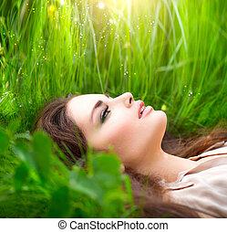 beleza, mulher, mentindo, ligado, a, campo, em, verde, grass., desfrutando, natureza