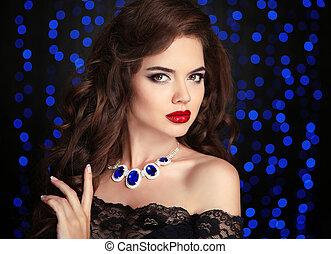 beleza, retrato, de, elegante, mulher, com, lábios vermelhos, maquilagem, saudável, cabelo ondulado, estilo, e, colar, jóia, sobre, azul, bokeh, partido, luzes, ob, pretas, experiência.