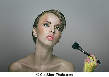 beleza, retrato, de, jovem, bonito, mulher, maquilagem aplicando