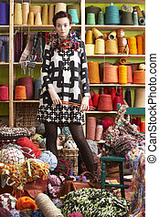 beliggende, kvinde, strikkearbejde, garn, nåle, holde, forside, fremvisning
