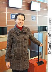 beliggende, kvinde, unge, lufthavn, holdning, kuffert, rød