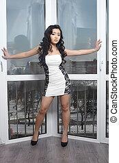 bella donna, brunetta, riccio, cinese, grande, capelli lunghi, finestra, dentro, proposta, francese, sexy, modello, vestire, bianco