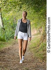 bella donna, camminare, in, foresta