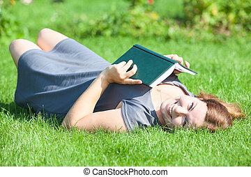 bella donna, collocare dorso, e, presa a terra, libro, in, mani