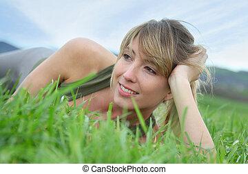 bella donna, collocare giù, campo, verde