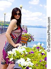 bella donna, colorato, vacanza, lago, proposta, fronte, fiori, italiano