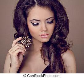 bella donna, con, capelli ricci, e, sera, make-up., gioielleria, e, beauty., moda, arte, foto