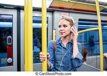 bella donna, cuffie, giovane, treno, sottopassaggio