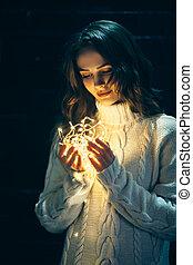 bella donna, giovane, luci, tenere mani, natale