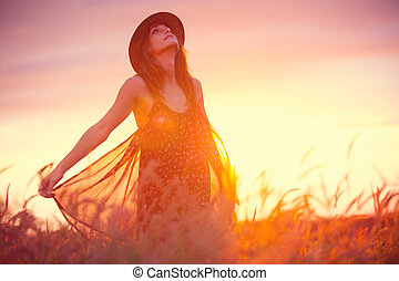 bella donna, in, dorato, campo, a, tramonto