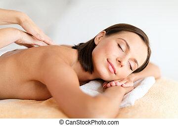 bella donna, in, terme, salone, prendendo massaggio