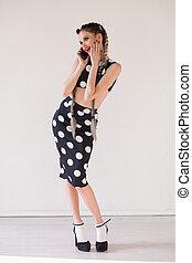bella donna, in, vestire, comunicando telefono