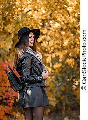 bella donna, in, vestito nero, e, cappello, in, autunno