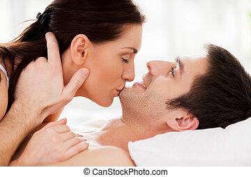 bella donna, lei, coppia, moments., giovane, letto, mentre, mento, sensuale, baciare, amare, dire bugie, ragazzo