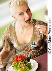bella donna, mangiare, insalata, in, uno, ristorante